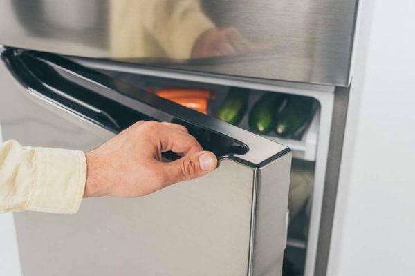 Перевесить дверь холодильника